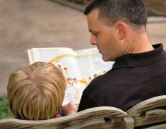 Vater liest Kind etwas vor